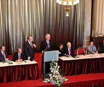 Predsednik Dieter F. Uchtdorf predseduje ob ustanovitvi prvega kola na Češkem